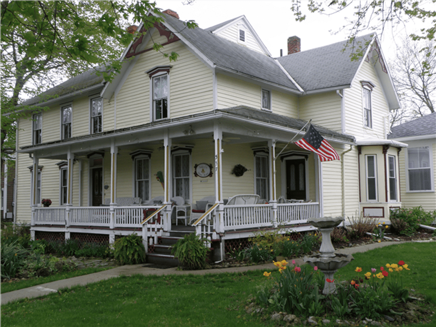 A large lawn in front of a house at Ashley's Island House.