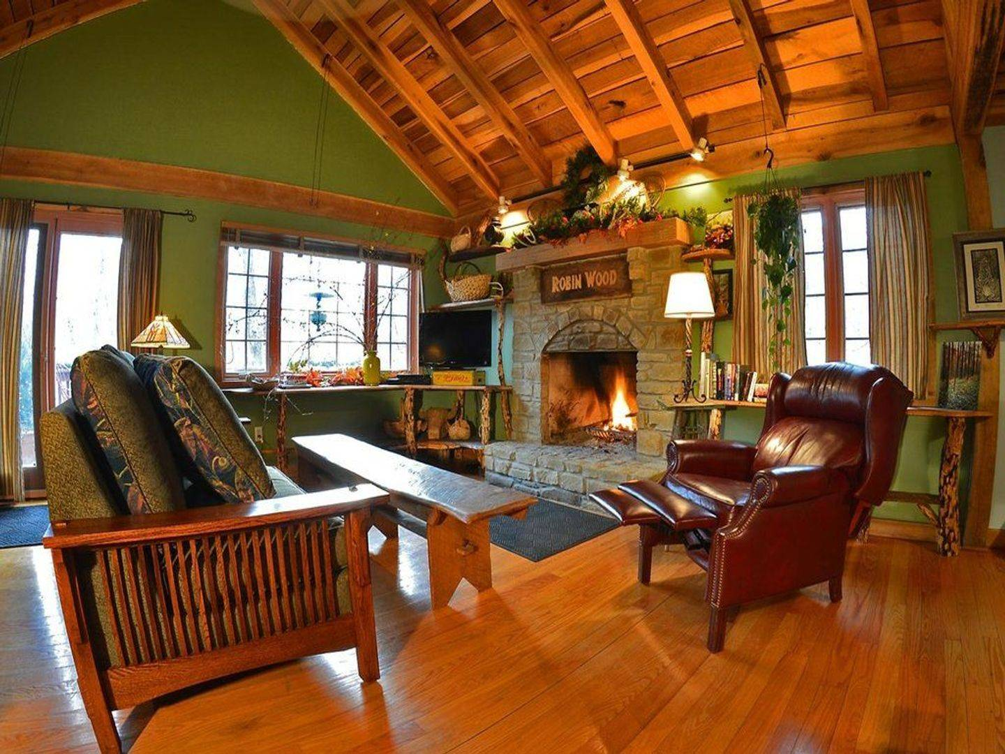 A living room filled with furniture and a fire place at Robinwood Inn.
