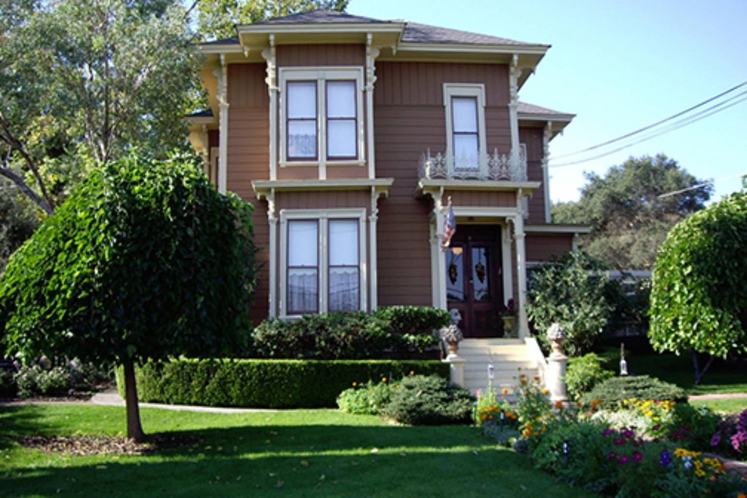 A house with bushes in front of a building at Hope-Merrill House Wine Country Inn.