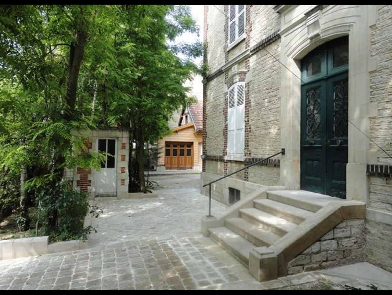 A large brick building at Au Fil de Troyes - Chambres d'hôtes et gîtes.