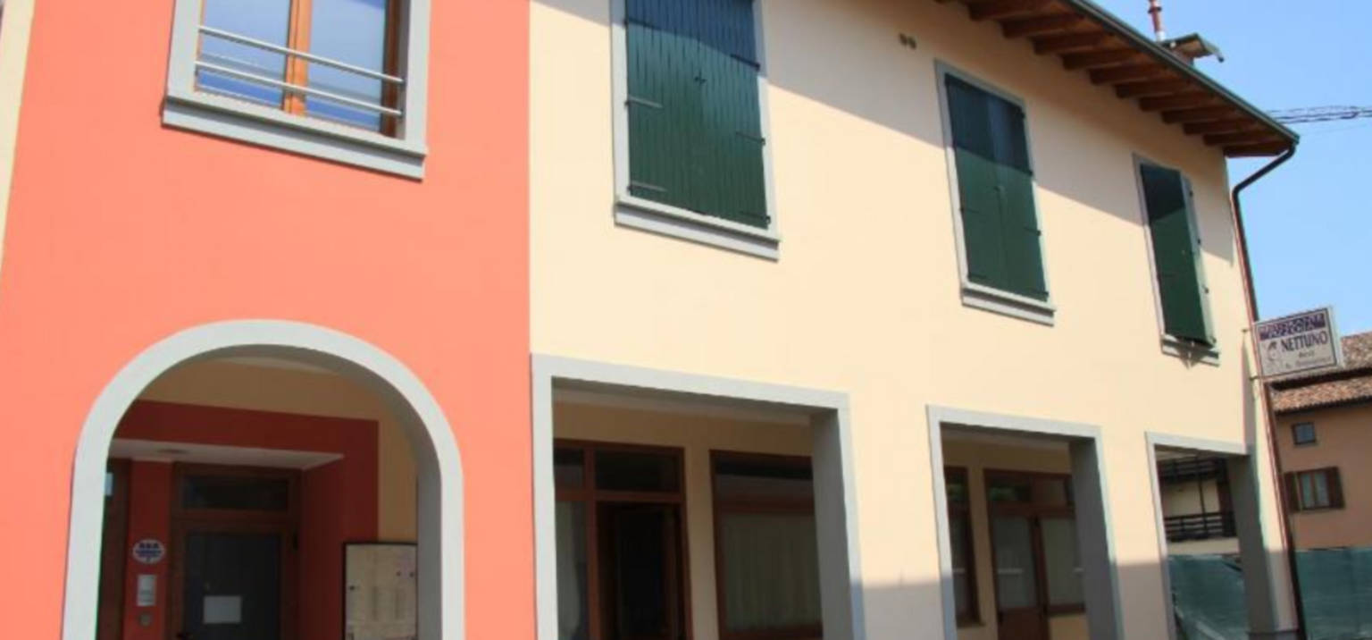 A house that is parked on the side of a building at Bed & Breakfast Nettuno.