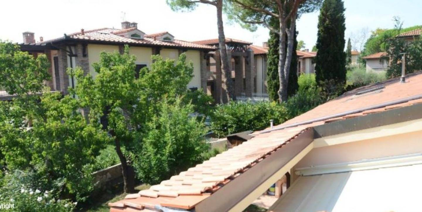 The roof of a house at Bed and Breakfast Pisa Relais.