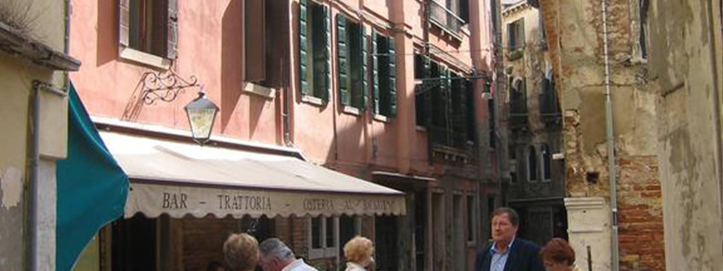 A group of people standing in front of a building at B&B Santo Stefano.