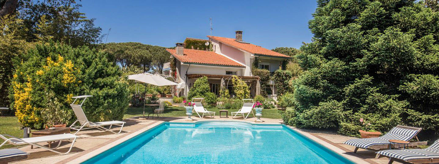 A small house in a pool at La Gaura Country House.