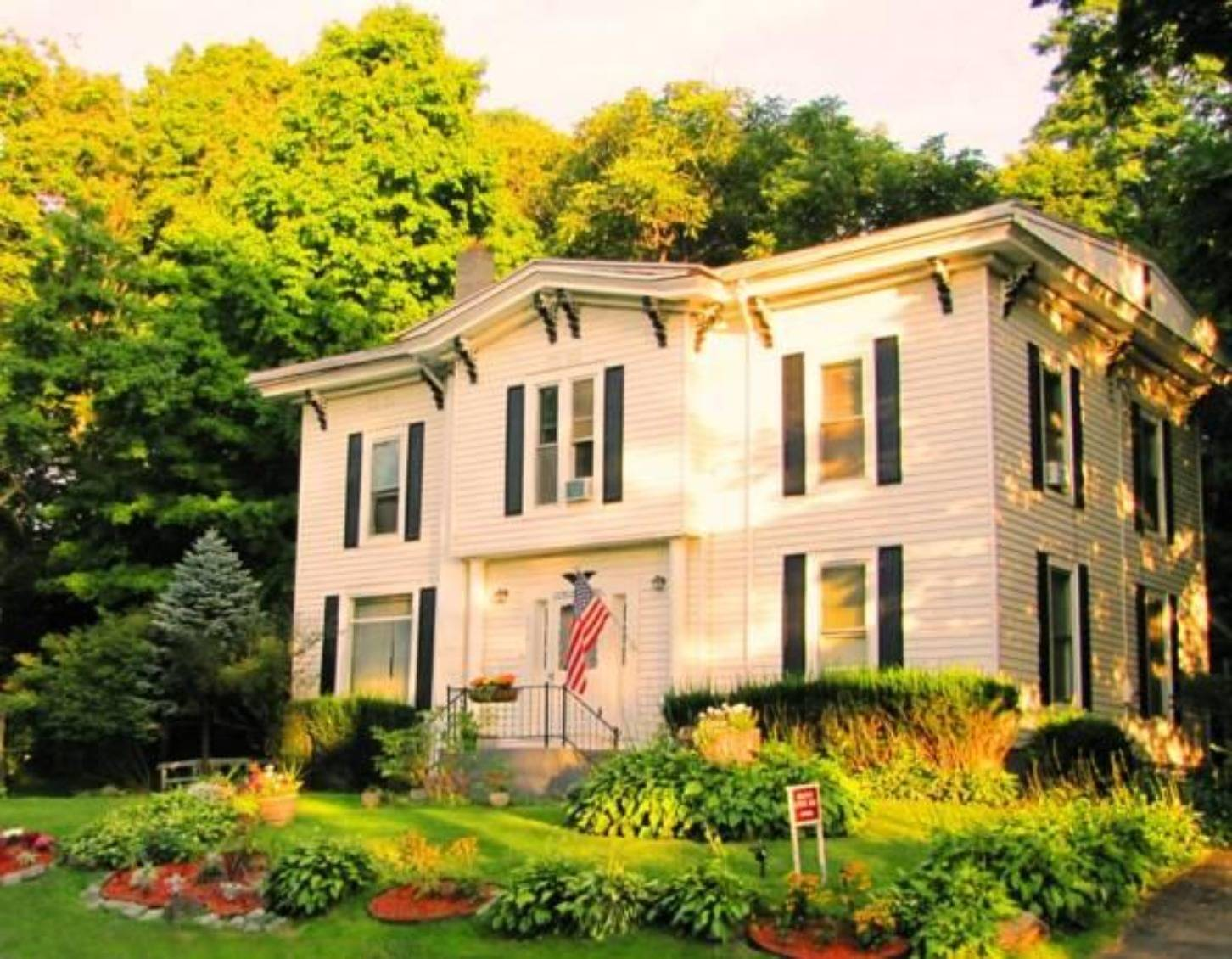 A house on the side of a building at Kountry Living Bed & Breakfast.