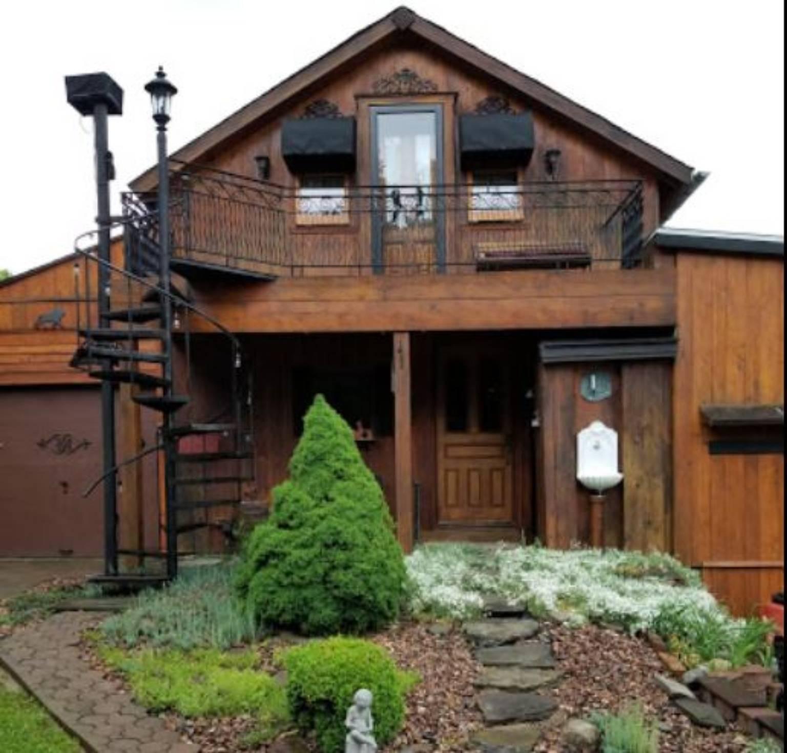 A wooden house at Ethels Garden Bed & Breakfast.