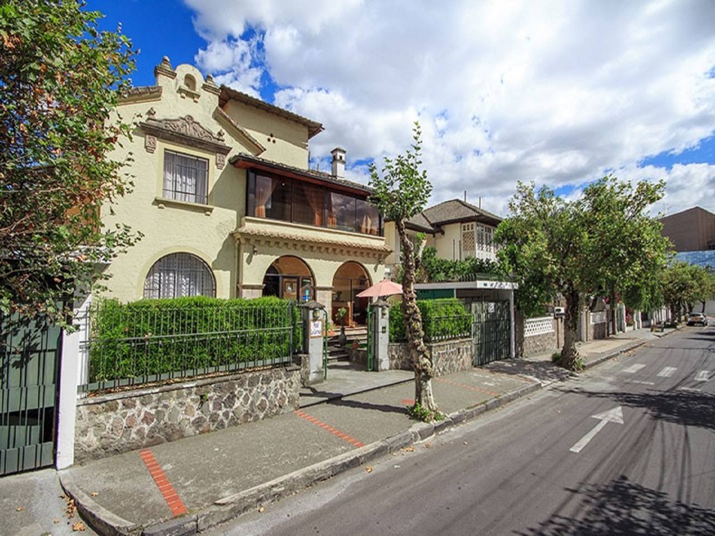 A house in the middle of the street at La Cartuja Hotel.
