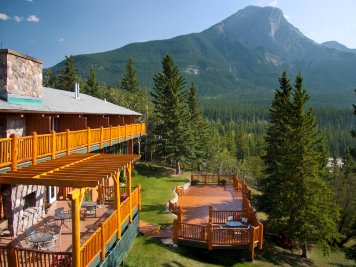 A house with a mountain in the background at Overlander Mountain Lodge.